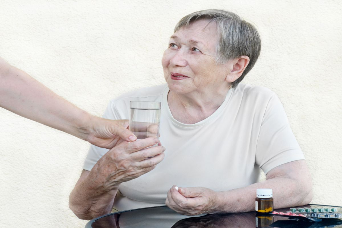 The elderly woman accepts tablets
